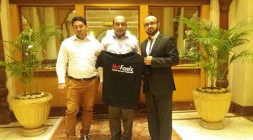 Receiving Gift From Sir Sohail Director Hotforex For Asia Region At Avari Hotel Lahore