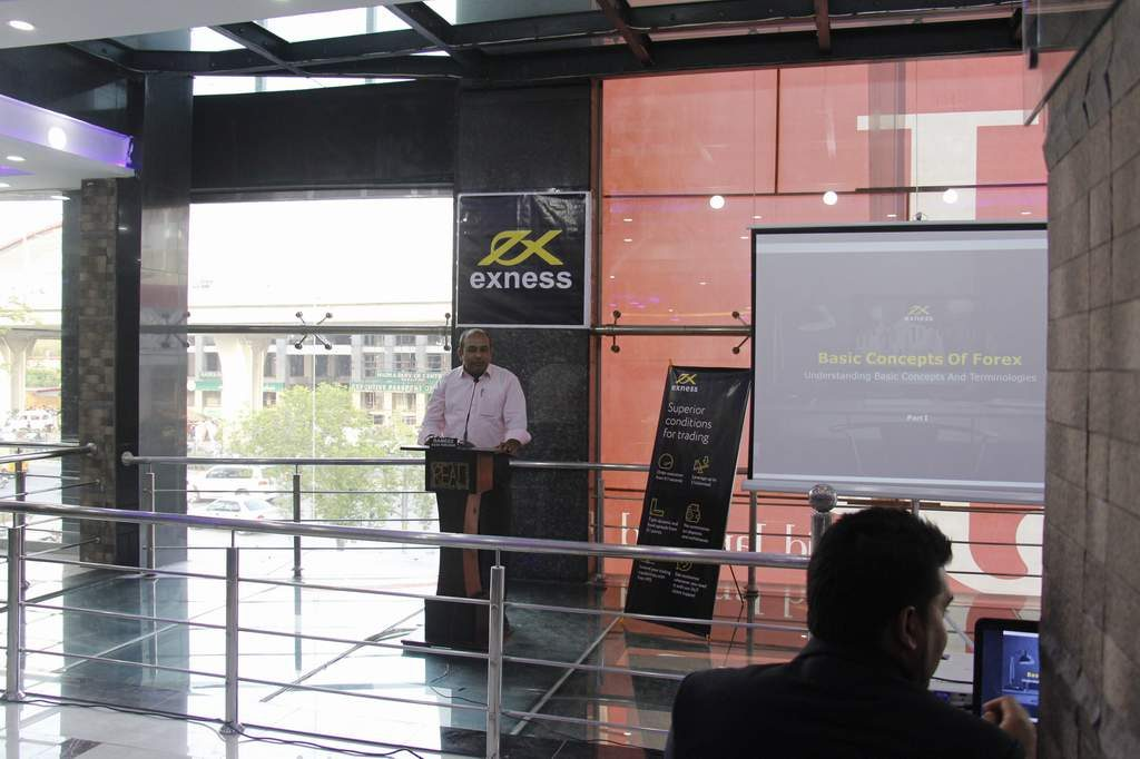 Dr. Zia-al-Hassan (ForexGuru) Delivering Forex Training Lecture During Exness.Com Seminar In Islamabad